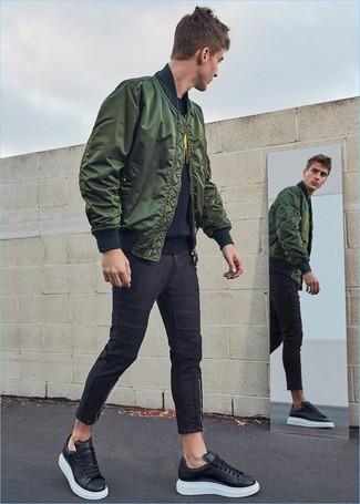 Schwarze Leder niedrige Sneakers kombinieren: trends 2020: Kombinieren Sie eine dunkelgrüne Bomberjacke mit schwarzen engen Jeans, um mühelos alles zu meistern, was auch immer der Tag bringen mag. Schwarze Leder niedrige Sneakers sind eine ideale Wahl, um dieses Outfit zu vervollständigen.