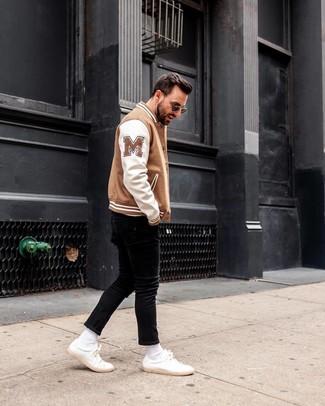 Wie kombinieren: weiße und braune Bomberjacke, schwarze enge Jeans, weiße Leder niedrige Sneakers, schwarze Sonnenbrille
