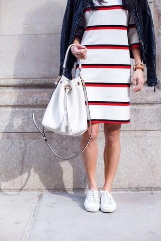 Wie kombinieren: dunkelblaue Leder Bomberjacke, weißes und rotes horizontal gestreiftes Etuikleid, weiße Leinenschuhe, weiße Leder Beuteltasche
