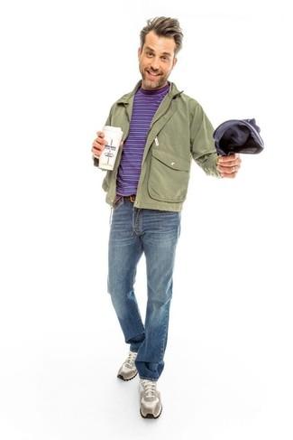 Wie kombinieren: olivgrüne Bomberjacke, olivgrüne Feldjacke, violettes horizontal gestreiftes T-Shirt mit einem Rundhalsausschnitt, blaue Jeans