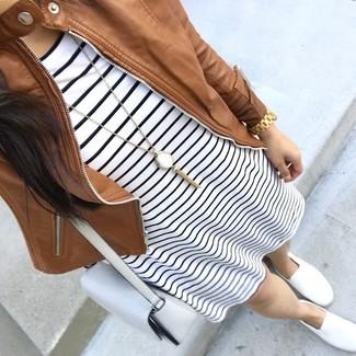 Wie kombinieren: braune Leder Bomberjacke, weißes und schwarzes horizontal gestreiftes Freizeitkleid, weiße Slip-On Sneakers, weiße Leder Umhängetasche
