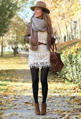 braune Leder Bomberjacke, weißes Häkel Freizeitkleid, braune Wildleder Stiefeletten, braune Shopper Tasche aus Wildleder für Damen