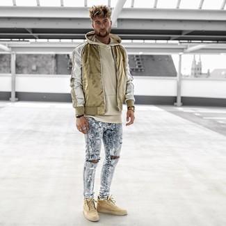 Hellblaue enge Jeans mit Destroyed-Effekten kombinieren: trends 2020: Eine goldene Nylon Bomberjacke und hellblaue enge Jeans mit Destroyed-Effekten sind eine ideale Outfit-Formel für Ihre Sammlung. Beige hohe Sneakers sind eine gute Wahl, um dieses Outfit zu vervollständigen.