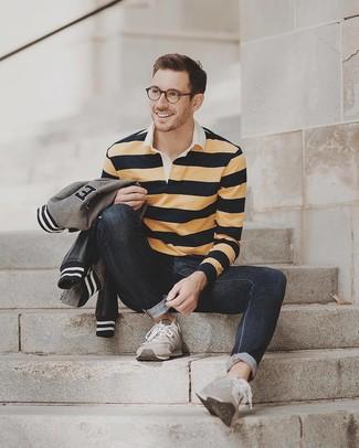 Wie kombinieren: graue Bomberjacke, gelber horizontal gestreifter Polo Pullover, schwarze Jeans, graue Wildleder Sportschuhe