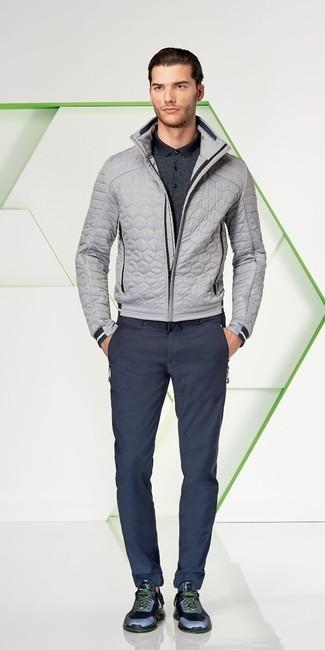 Wie kombinieren: graue gesteppte Bomberjacke, dunkelgraues Polohemd, dunkelblaue Chinohose, dunkelblaue Sportschuhe
