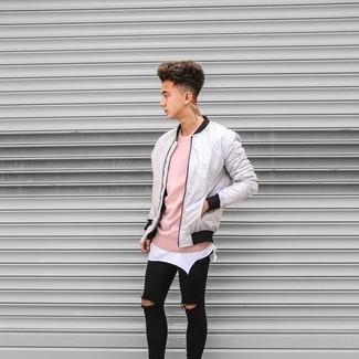Wie kombinieren: graue Bomberjacke, rosa Pullover mit einem Rundhalsausschnitt, weißes Trägershirt, schwarze enge Jeans mit Destroyed-Effekten