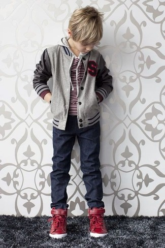 Wie kombinieren: graue Bomberjacke, roter Pullover, dunkelblaue Jeans, rote Turnschuhe