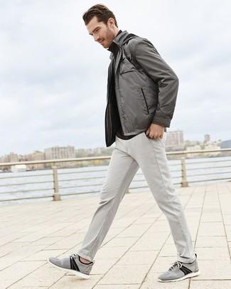 Wie kombinieren: graue Bomberjacke, schwarzer Rollkragenpullover, graue Chinohose, graue Segeltuch niedrige Sneakers