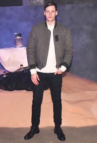 Wie kombinieren: graue Bomberjacke, weißes Sweatshirt, schwarze Chinohose, schwarze Lederfreizeitstiefel