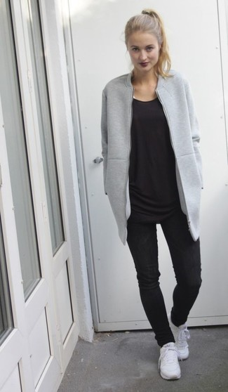 Weiße Sportschuhe kombinieren – 122 Damen Outfits: Tragen Sie eine graue Bomberjacke und schwarzen enge Jeans für ein Outfit, das ideal für den Alltag geeignet ist. Weiße Sportschuhe leihen Originalität zu einem klassischen Look.
