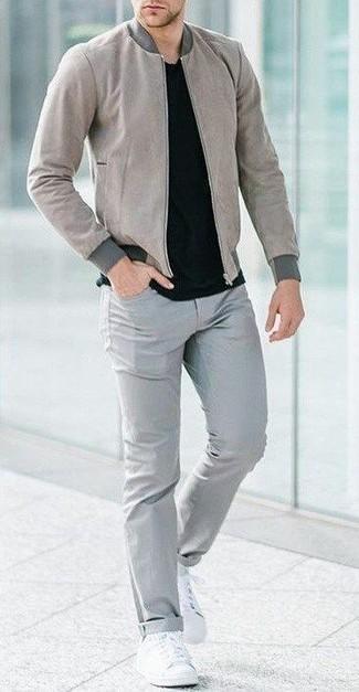 Herren Outfits 2020: Kombinieren Sie eine graue Bomberjacke mit grauen Jeans für ein sonntägliches Mittagessen mit Freunden. Weiße Segeltuch niedrige Sneakers sind eine ideale Wahl, um dieses Outfit zu vervollständigen.
