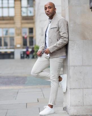 Weiße Jeans kombinieren – 1079+ Herren Outfits: Paaren Sie eine graue Bomberjacke mit weißen Jeans für ein Alltagsoutfit, das Charakter und Persönlichkeit ausstrahlt. Ergänzen Sie Ihr Look mit weißen Leder niedrigen Sneakers.