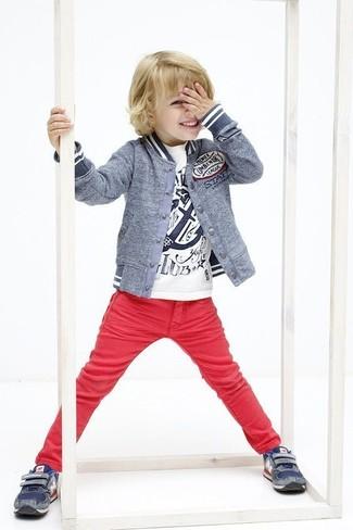 Wie kombinieren: graue Bomberjacke, weißes bedrucktes T-shirt, rote Jeans, dunkelblaue Turnschuhe