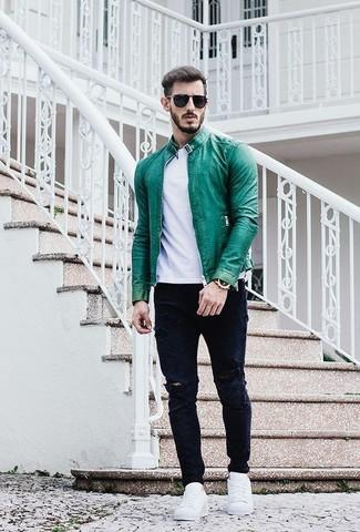 Wie kombinieren: grüne Leder Bomberjacke, weißes T-Shirt mit einem Rundhalsausschnitt, dunkelblaue Jeans mit Destroyed-Effekten, weiße niedrige Sneakers