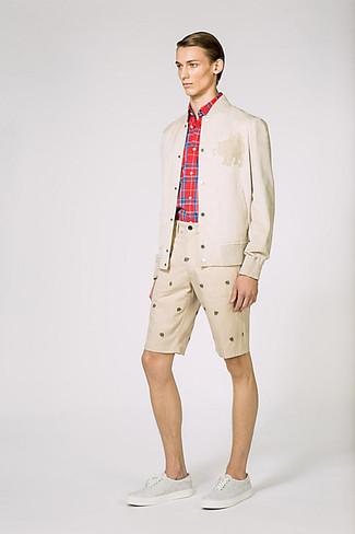 Wie kombinieren: hellbeige Bomberjacke, rotes Langarmhemd mit Schottenmuster, hellbeige bedruckte Shorts, graue Leinenschuhe