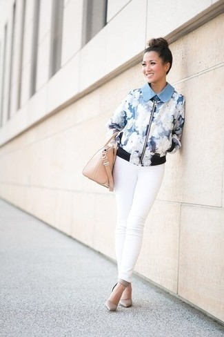 Wie kombinieren: hellblaue Bomberjacke mit Blumenmuster, weiße enge Jeans, graue Leder Pumps, hellbeige Lederhandtasche
