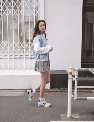 Eine hellblaue Bomberjacke und ein graues Freizeitkleid vermitteln eine sorglose und entspannte Atmosphäre. Komplettieren Sie Ihr Outfit mit weißen und grünen niedrigen Sneakers.