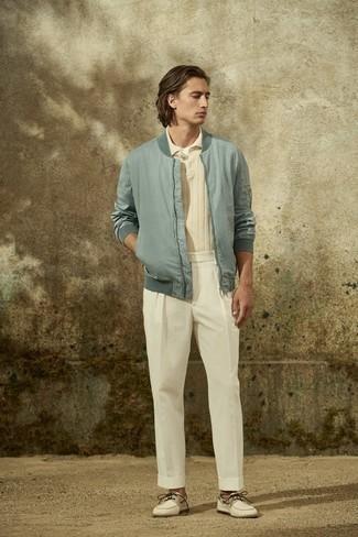 Bootsschuhe kombinieren – 500+ Herren Outfits: Kombinieren Sie eine hellblaue Bomberjacke mit einer weißen Chinohose für ein bequemes Outfit, das außerdem gut zusammen passt. Ergänzen Sie Ihr Look mit Bootsschuhen.