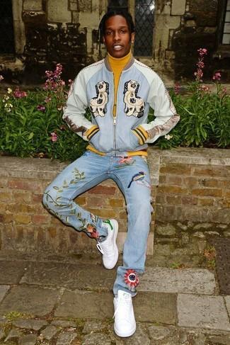 Wie kombinieren: hellblaue bestickte Bomberjacke, senf Rollkragenpullover, hellblaue bestickte Jeans, weiße Leder niedrige Sneakers