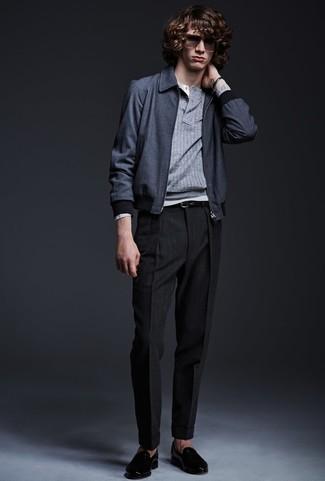 Wie kombinieren: dunkelblaue Bomberjacke, grauer Henley-Pullover, graues Langarmshirt mit einer Knopfleiste, schwarze Anzughose