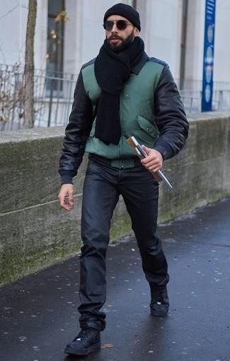 Schwarzen Schal kombinieren: Casual-Outfits: trends 2020: Für ein bequemes Couch-Outfit, kombinieren Sie eine dunkelgrüne Bomberjacke mit einem schwarzen Schal. Fühlen Sie sich mutig? Entscheiden Sie sich für schwarzen hohe Sneakers aus Leder.