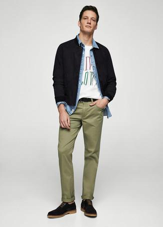 Wie kombinieren: schwarze Wildleder Bomberjacke, hellblaues Jeanshemd, weißes bedrucktes T-Shirt mit einem Rundhalsausschnitt, olivgrüne Chinohose