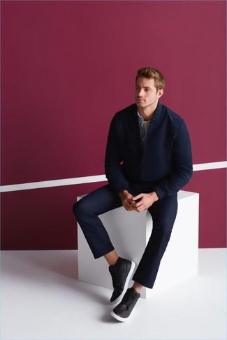 Hellblaues Jeanshemd kombinieren: trends 2020: Vereinigen Sie ein hellblaues Jeanshemd mit einer dunkelblauen Chinohose für ein bequemes Outfit, das außerdem gut zusammen passt. Schwarze hohe Sneakers aus Leder leihen Originalität zu einem klassischen Look.