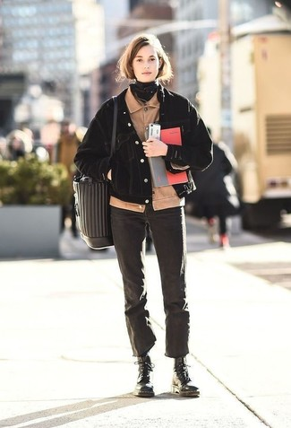 Wie kombinieren: hellbeige Kord Bomberjacke, schwarze Jeansjacke, schwarze Jeans, schwarze flache Stiefel mit einer Schnürung aus Leder