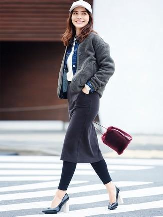 Wie kombinieren: dunkelgraue Wollbomberjacke, blaue Jeansjacke, weißer Pullover mit einem Rundhalsausschnitt, schwarzer Jeans Bleistiftrock