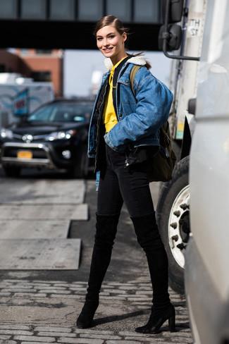 Wie kombinieren: schwarze Bomberjacke, blaue Jeansjacke, gelber Pullover mit einer Kapuze, schwarze enge Jeans