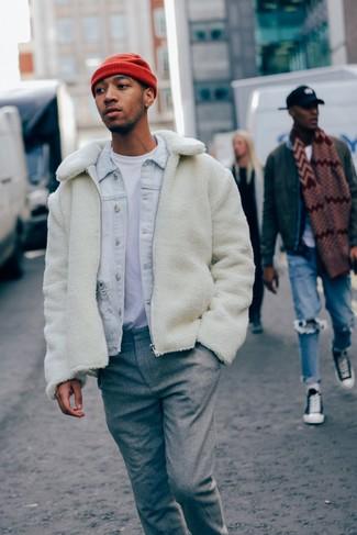 Wie kombinieren: weiße Fleece-Bomberjacke, hellblaue Jeansjacke, weißes T-Shirt mit einem Rundhalsausschnitt, graue Wollanzughose