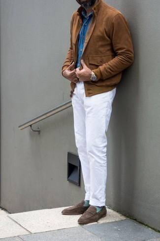 Dunkelbraune Wildleder Slipper kombinieren – 1200+ Herren Outfits: Erwägen Sie das Tragen von einer braunen Wildleder Bomberjacke und einer weißen Chinohose für einen bequemen Alltags-Look. Fühlen Sie sich mutig? Entscheiden Sie sich für dunkelbraunen Wildleder Slipper.