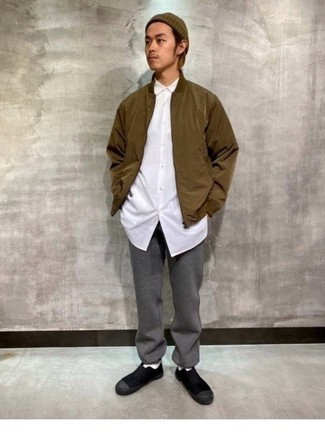 Braune Mütze kombinieren – 128 Herren Outfits: Eine braune Bomberjacke und eine braune Mütze sind eine kluge Outfit-Formel für Ihre Sammlung. Komplettieren Sie Ihr Outfit mit schwarzen Slip-On Sneakers aus Segeltuch, um Ihr Modebewusstsein zu zeigen.