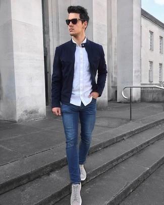 Hellbeige Wildleder niedrige Sneakers kombinieren – 77 Herren Outfits: Paaren Sie eine dunkelblaue Bomberjacke mit blauen engen Jeans für ein sonntägliches Mittagessen mit Freunden. Hellbeige Wildleder niedrige Sneakers sind eine perfekte Wahl, um dieses Outfit zu vervollständigen.