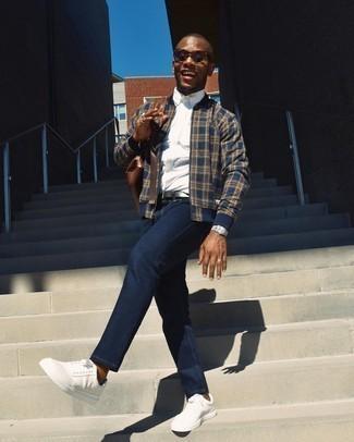 Weiße Leder niedrige Sneakers kombinieren – 1200+ Herren Outfits: Erwägen Sie das Tragen von einer dunkelblauen Bomberjacke mit Schottenmuster und dunkelblauen Jeans, um mühelos alles zu meistern, was auch immer der Tag bringen mag. Weiße Leder niedrige Sneakers sind eine großartige Wahl, um dieses Outfit zu vervollständigen.