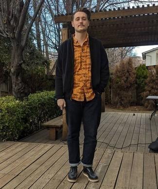 Dunkelblaue Jeans kombinieren – 1200+ Herren Outfits: Vereinigen Sie eine schwarze Strick Bomberjacke mit dunkelblauen Jeans für einen bequemen Alltags-Look. Fühlen Sie sich ideenreich? Entscheiden Sie sich für schwarzen Leder Derby Schuhe.