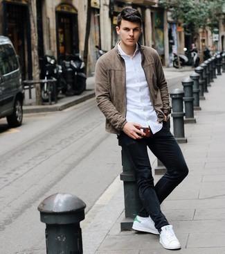 Weiße und grüne Leder niedrige Sneakers kombinieren – 69 Casual Herren Outfits: Paaren Sie eine braune Wildleder Bomberjacke mit schwarzen Jeans für einen bequemen Alltags-Look. Weiße und grüne Leder niedrige Sneakers sind eine großartige Wahl, um dieses Outfit zu vervollständigen.