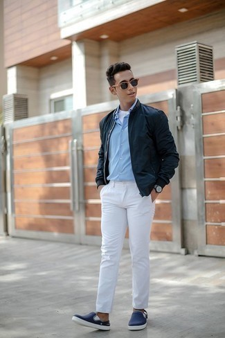 20 Jährige: Outfits Herren 2020: Paaren Sie eine dunkelblaue Bomberjacke mit einer weißen Chinohose, um mühelos alles zu meistern, was auch immer der Tag bringen mag. Vervollständigen Sie Ihr Look mit dunkelblauen Slip-On Sneakers aus Segeltuch.