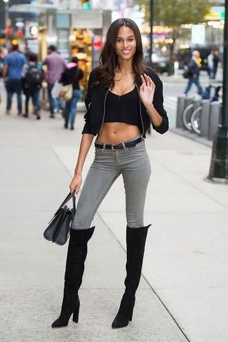 Wie kombinieren: schwarze Bomberjacke, schwarzes kurzes Oberteil, graue enge Jeans, schwarze Overknee Stiefel aus Wildleder
