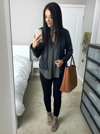 Wie kombinieren: schwarze Leder Bomberjacke, dunkelgrüne Langarmbluse, schwarze enge Jeans, graue Wildleder Sandaletten