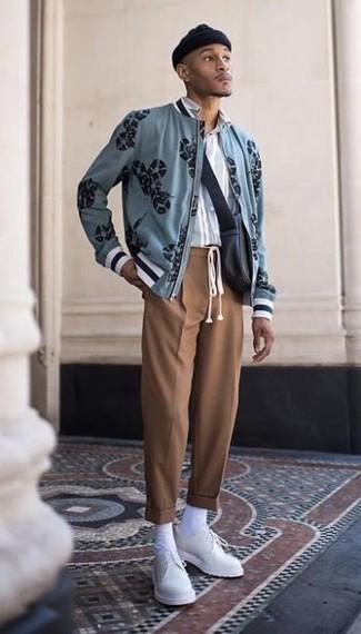 Hellblaues vertikal gestreiftes Langarmhemd kombinieren – 184 Herren Outfits: Kombinieren Sie ein hellblaues vertikal gestreiftes Langarmhemd mit einer braunen Anzughose für einen stilvollen, eleganten Look. Setzen Sie bei den Schuhen auf die klassische Variante mit weißen Leder Derby Schuhen.