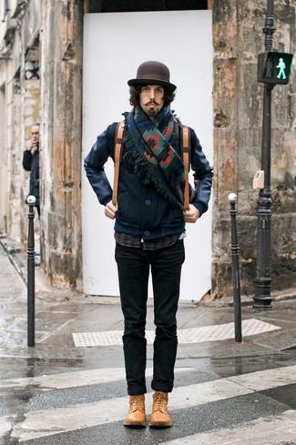 Wie kombinieren: dunkelblaue Leder Bomberjacke, dunkelblaues Langarmhemd mit Schottenmuster, schwarze Chinohose, beige Lederfreizeitstiefel