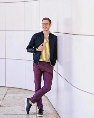 Wie kombinieren: dunkelblaue Bomberjacke, gelbes vertikal gestreiftes Langarmhemd, lila Chinohose, schwarze Leder niedrige Sneakers