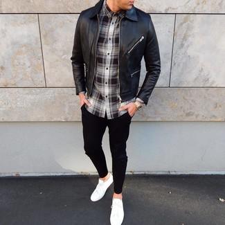 Wie kombinieren: schwarze Leder Bomberjacke, schwarzes und weißes Langarmhemd mit Schottenmuster, schwarze Chinohose, weiße niedrige Sneakers