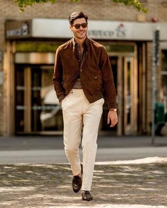 Wie kombinieren: braune Wildleder Bomberjacke, braunes Leinen Langarmhemd, weiße Chinohose, dunkelbraune Leder Slipper
