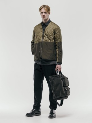 Dunkelgraue Shopper Tasche aus Segeltuch kombinieren – 84 Herren Outfits: Tragen Sie eine braune gesteppte Bomberjacke und eine dunkelgraue Shopper Tasche aus Segeltuch für einen entspannten Wochenend-Look. Heben Sie dieses Ensemble mit schwarzen klobigen Leder Derby Schuhen hervor.