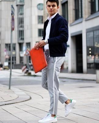 Weiße und grüne Leder niedrige Sneakers kombinieren – 108 Herren Outfits: Kombinieren Sie eine dunkelblaue Bomberjacke mit einer grauen Chinohose für ein bequemes Outfit, das außerdem gut zusammen passt. Fühlen Sie sich mutig? Entscheiden Sie sich für weißen und grünen Leder niedrige Sneakers.