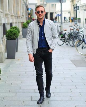 Wie kombinieren: graue Bomberjacke, dunkelblaues Langarmhemd, schwarze enge Jeans, schwarze Chelsea-Stiefel aus Leder