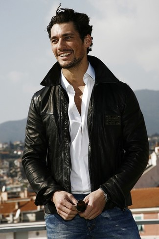 David Gandy trägt Schwarze Leder Bomberjacke, Weißes Langarmhemd, Blaue Jeans, Dunkelbraune Sonnenbrille