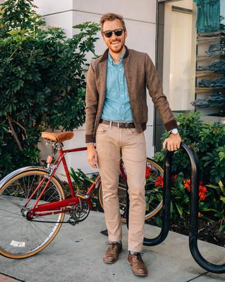 Wie kombinieren: braune Wollbomberjacke, hellblaues Chambray Langarmhemd, beige Jeans, braune Leder Oxford Schuhe